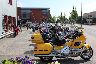 Photo: een mooie rij motoren staan klaar om de picknick rit te beginnen. Start is bij Biker's Best, eindpunt bij het clubhuis van de MAC Veenendaal