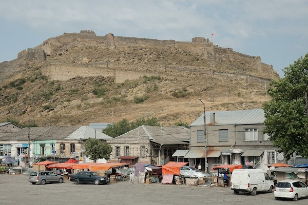 Straßenmarkt unterhalb der Burg von Gori.