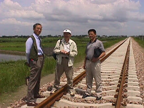 Photo: CHN_RY12 Dr. Liyu Xu, the China Vetiver Network Coordinator on the left, with the vetiver planting contractors. A happy crew and a stable railroad