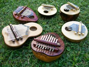 Photo: Kalimbas de diferentes tamaños y afinaciones.