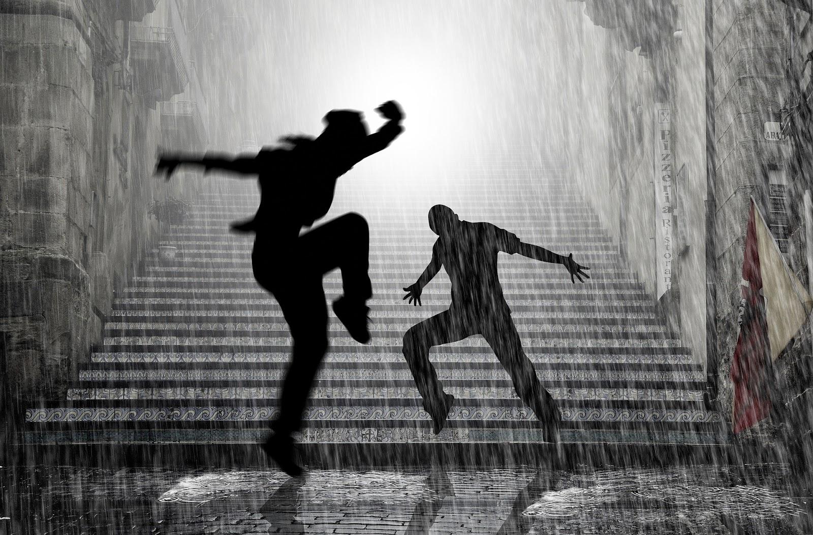2 נערים רוקדים בגשם ליד מדרגות