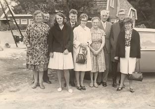 Photo: v.l.n.r. Rieks en Jantje Oosting-Rabs, Hennie Lanjouw, Jans Zandvoort, Roelie Okken, Hillechien en Rudolf Lanjouw, Harm Lanjouw en Grietje Oosting