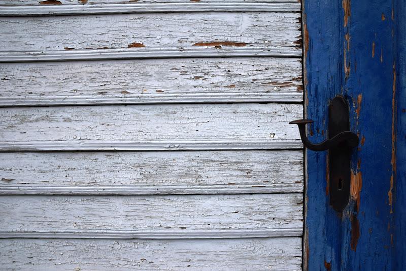 Porta in bianco e blu di pizzicastelle