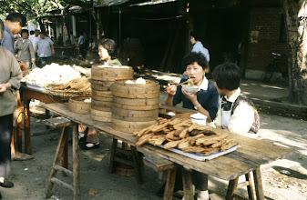 Photo: 11111 鎮江/自由市場/道端での食事