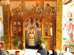 Photo: Rou2C26-151004Targa Mures, le célébrant avec croix en main pour bénédiction P1050181
