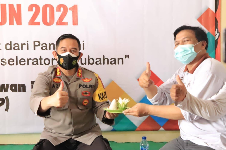 Peringati Hari Pers Kapolres Ponorogo Bersama Awak Media Bagi-Bagi Masker Dan Potong Tumpeng
