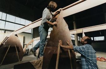 Photo: Die Schotts werden ins Kielschwein eingepaßt The bulkheads are fitted into the keelson
