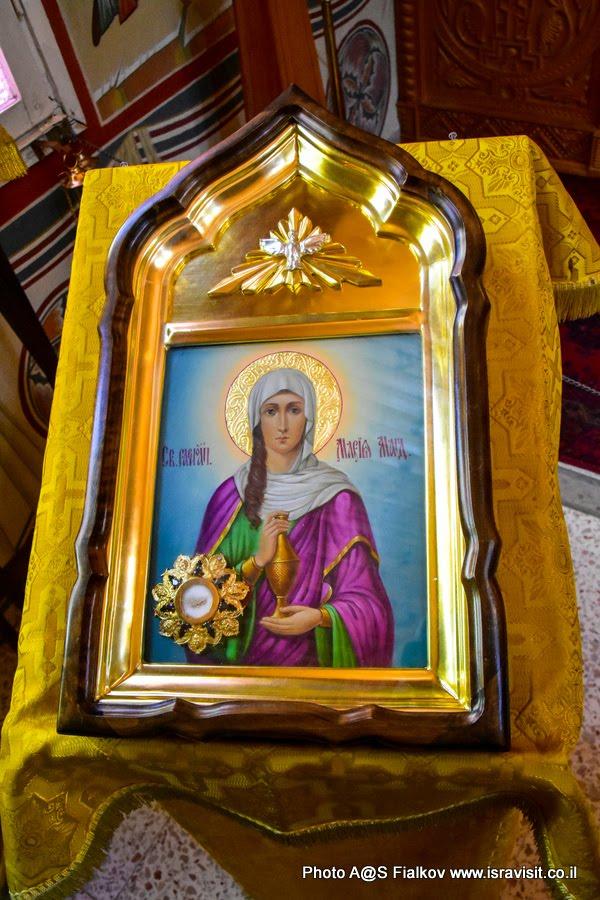Икона Марии Магдалины с мощами. В церкви Марии Магдалины в подворье Горненского монастыря в Магдале в Галилее христианской. Экскурсия по Галилее Христианской.