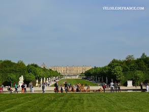 Photo: Le Bassin d'Apollon et le Château de Versailles - e-guide balade à vélo dans Versailles et son parc par veloiledefrance.com