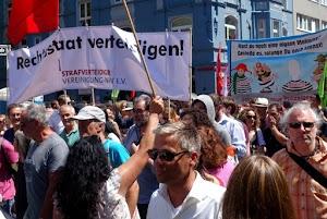 Große Demonstration gegen das PolG NRW am 7. Juli 2018 mit zwei Transparenten: «Rechtsstaat verteidigen» von der Strafverteidiger Vereinigung-NRW e.V. und «Hast du noch eine eigene Meinung? Genieße es, solange Du noch kannst!»