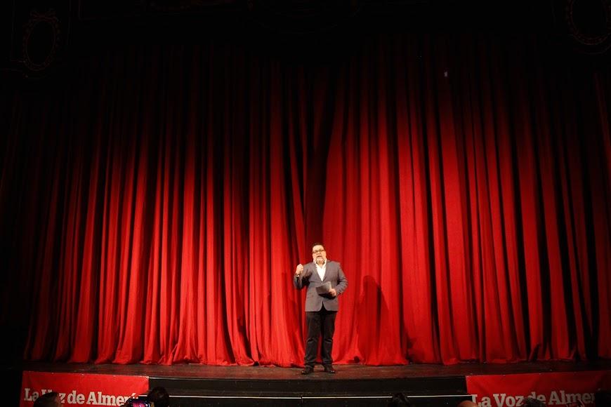 El periodista de la Cadena SER, Alfredo Casas, invitando a los asistentes a disfrutar de la celebración de los Premios de la Noche Almeriense.