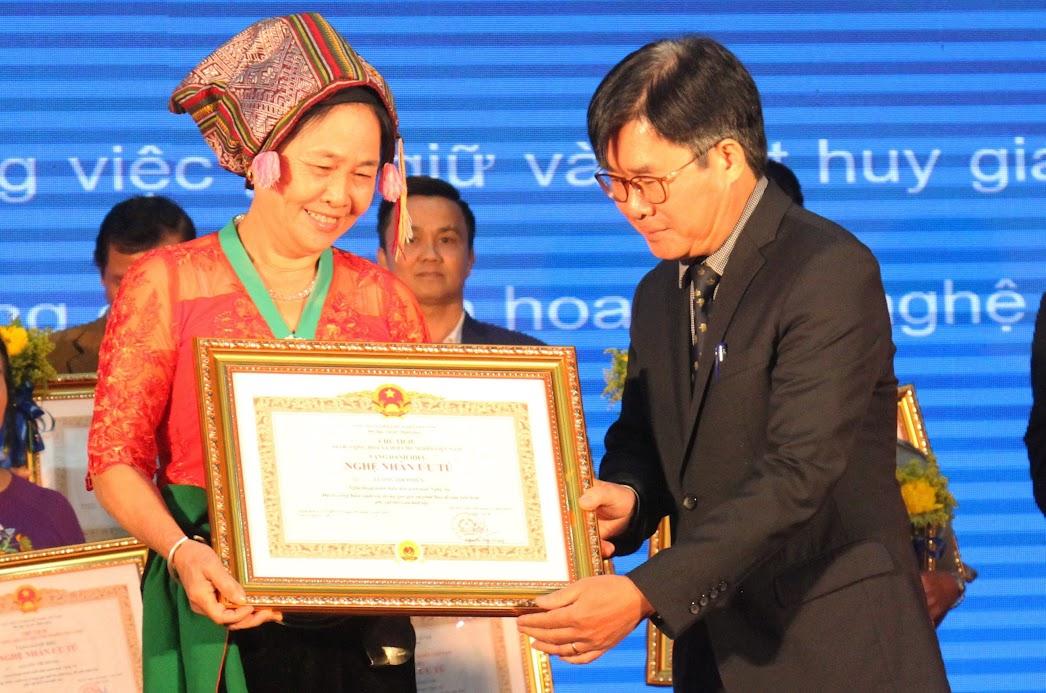 Nghệ nhân ưu tú Lương Thị Phiên vui mừng khi được Nhà nước và nhân dân ghi nhận