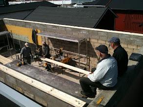 Photo: Curt och Ulf inspekterar ständigt bygget lite grann från ovan så allt blir som det är tänkt.