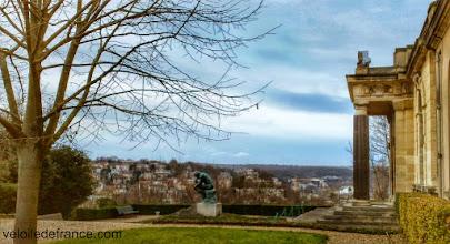 Photo: Le Penseur sur le tombeau de Rodin à la Villa des Brillants - Guide de balade à vélo de Meudon à Sceaux par veloiledefrance.com