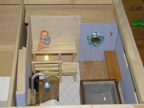 Photo: Maikin talon sauna. Suihkussa veden korvaa sininen LED valo