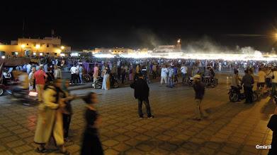 Photo: Djemaa el Fna v noci. Hučí jak v úlu.