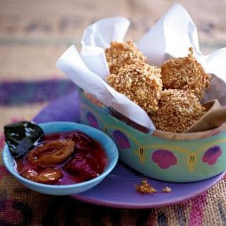 Sesamreisbällchen mit Asiapflaumen