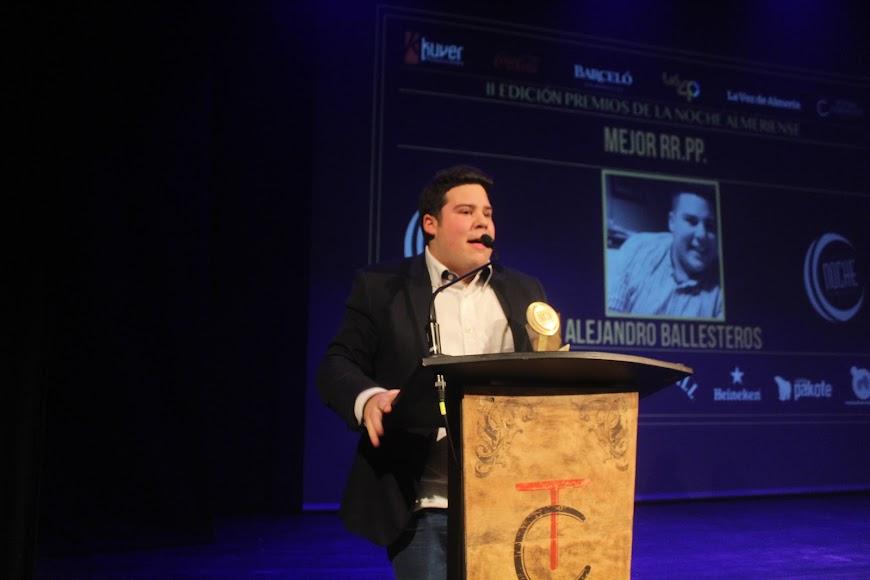 El galardonado, tras recibir el Premio de la Noche Almeriense, durante su intervención.