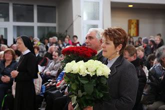 Photo: Obetné dary: 40 ruží - 40 rokov Rodiny Nepoškvrnenej.