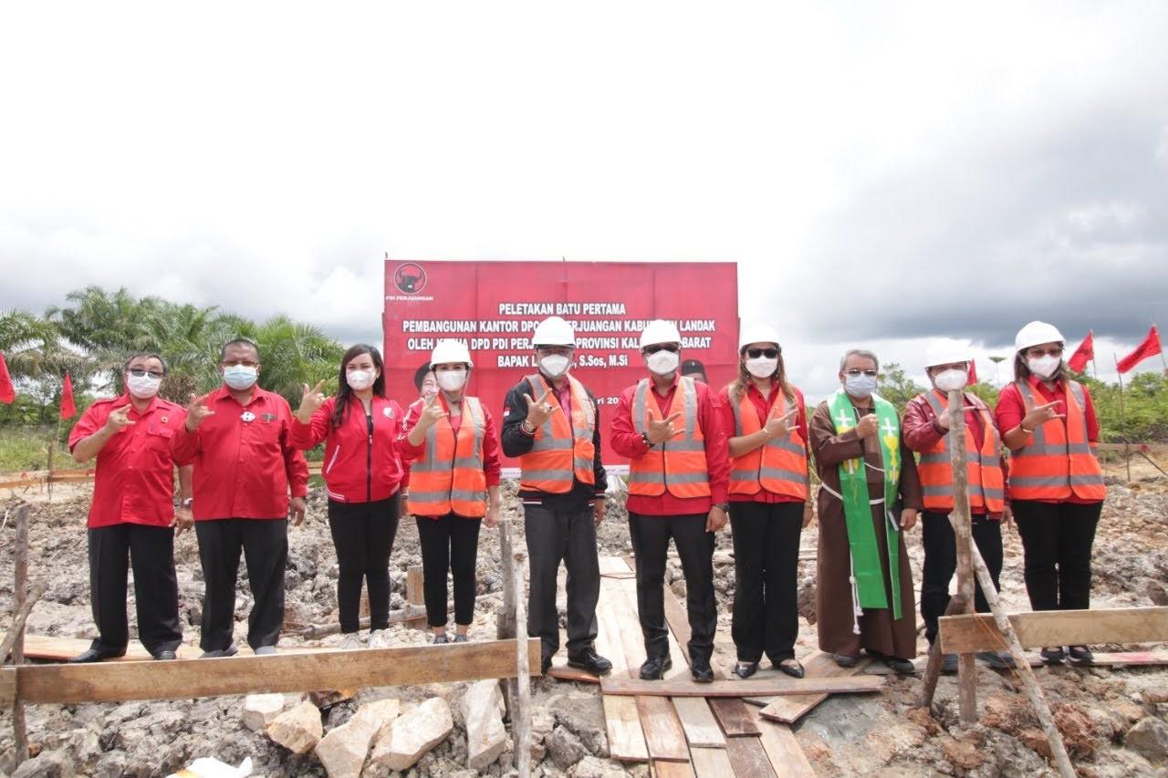 Lasarus Dan Cornelis Lakukan Peletakan Batu Pertama Kantor DPC PDI Perjuangan Kabupaten Landak