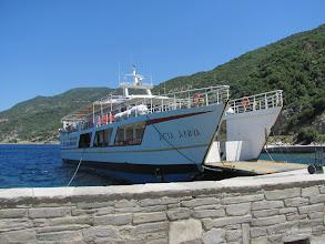 Photo: in Dafni : Umsteigen auf das Schiff Agia Anna
