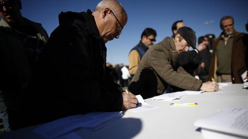 Taxistas participando en el referéndum de este martes.