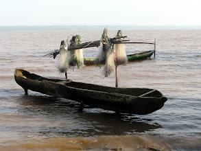 Photo: pirogue et filets attendent le pêcheur
