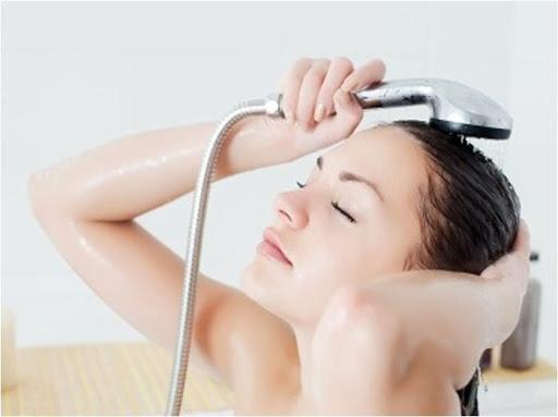 Phụ nữ sau sinh tắm gội như thế nào để bảo vệ sức khỏe