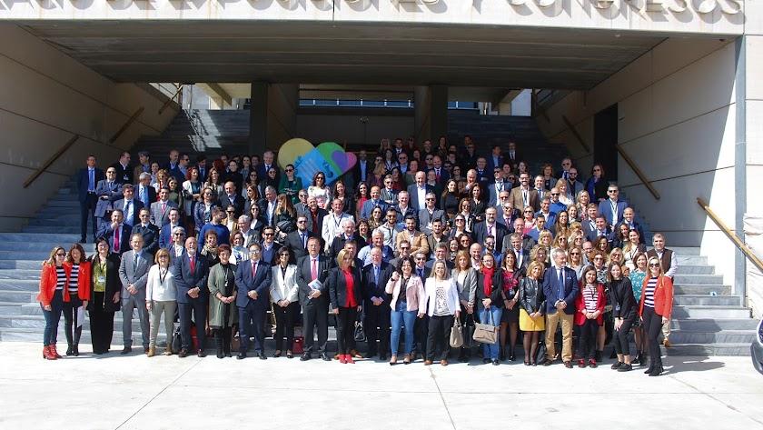 La presidenta del Colegio de Graduados Sociales de Almería y de distintos Colegios de España, ponentes, asistentes y la subdirectora de La Voz.