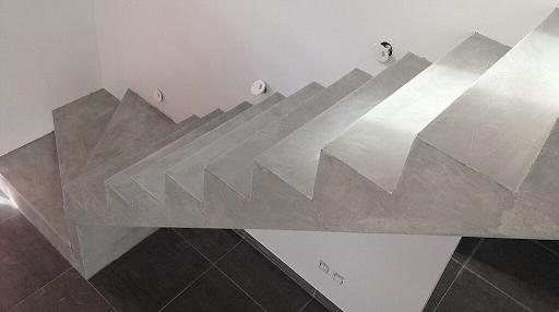 escalier en béton brut recouvert de béton ciré