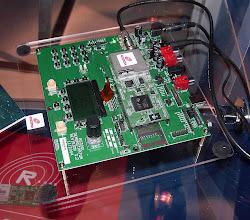 Photo: Vyvojovej kit na bazi modulu RadioScape RS-500 pro vyvinuti vlastniho digitalniho rozhlasoveho prijimace. AM-AMSS-DRM 50-27000kHz, FM-RDS, T-DAB III/L pasma. Moznost nativne nahravat na SD kartu do kapacity 2GB. K modulu je CD-ROM s vlastnim vyvojovym sw prostredim pro vyvoj vlastniho fw. Soucasti je klavesnice a LCD 128x64bodu. Tento vyvojovy modul se jmenuje RS500 protoboard evaluation board. Ano, muzete si vymyslet vlastni rozhlasovy prijimac, k tomu vymyslet plast krabici se zdrojem a tlacitkama a pak jen kupovat moduly RS500 od RadioScape a muzete rozjet vlastni vyrobu prijimacu.