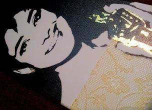 Photo: 25 marzo 1954 – Audrey Hepburn premiata con L'Oscar come migliore attrice in Vacanze romane  20x60cm  Soggetto realizzato con stencil fatto a mano, colori acrilici spray, Foglia Oro, Pizzo Impermeabilizzato, Brillantini Iridescenti, Strass di Resina su Tela.  Subject made with handmade stencil with spray acrylic colours, golden leaf, waterproof lace, resin strass, white iridescent glitter on canvas.  DISPONIBILE  Per informazioni e prezzi: manualedelrisveglio@gmail.com