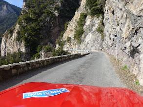 Photo: La 304 cabrio fait briller son capot rouge sous le soleil sur la route de St Sauveur.