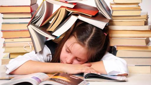 không ép bé học bài lúc mệt mỏi hay buồn ngủ