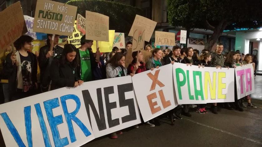 Cientos de estudiantes recorriendo este viernes el centro de la capital