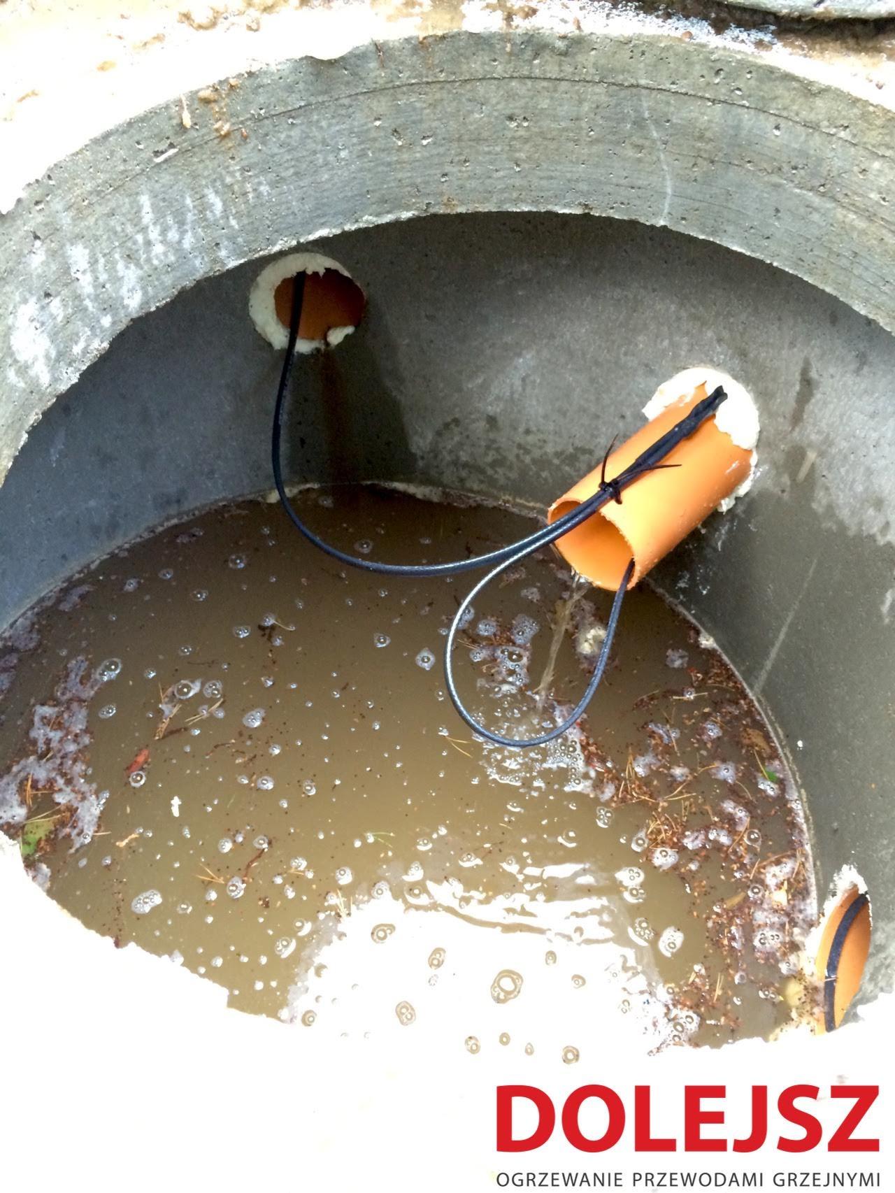 Przewód grzejny w rurze kanalizacyjnej