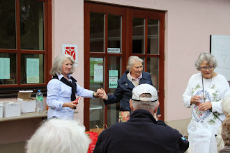 Photo: Ute Achermann fortæller om Disibodenberg og Hildegard inden vi går op på klosterruinen.