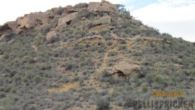 Photo: På en bergstopp ser vi fullt med urholkningar i berget. Kan det vara gamla grottor?