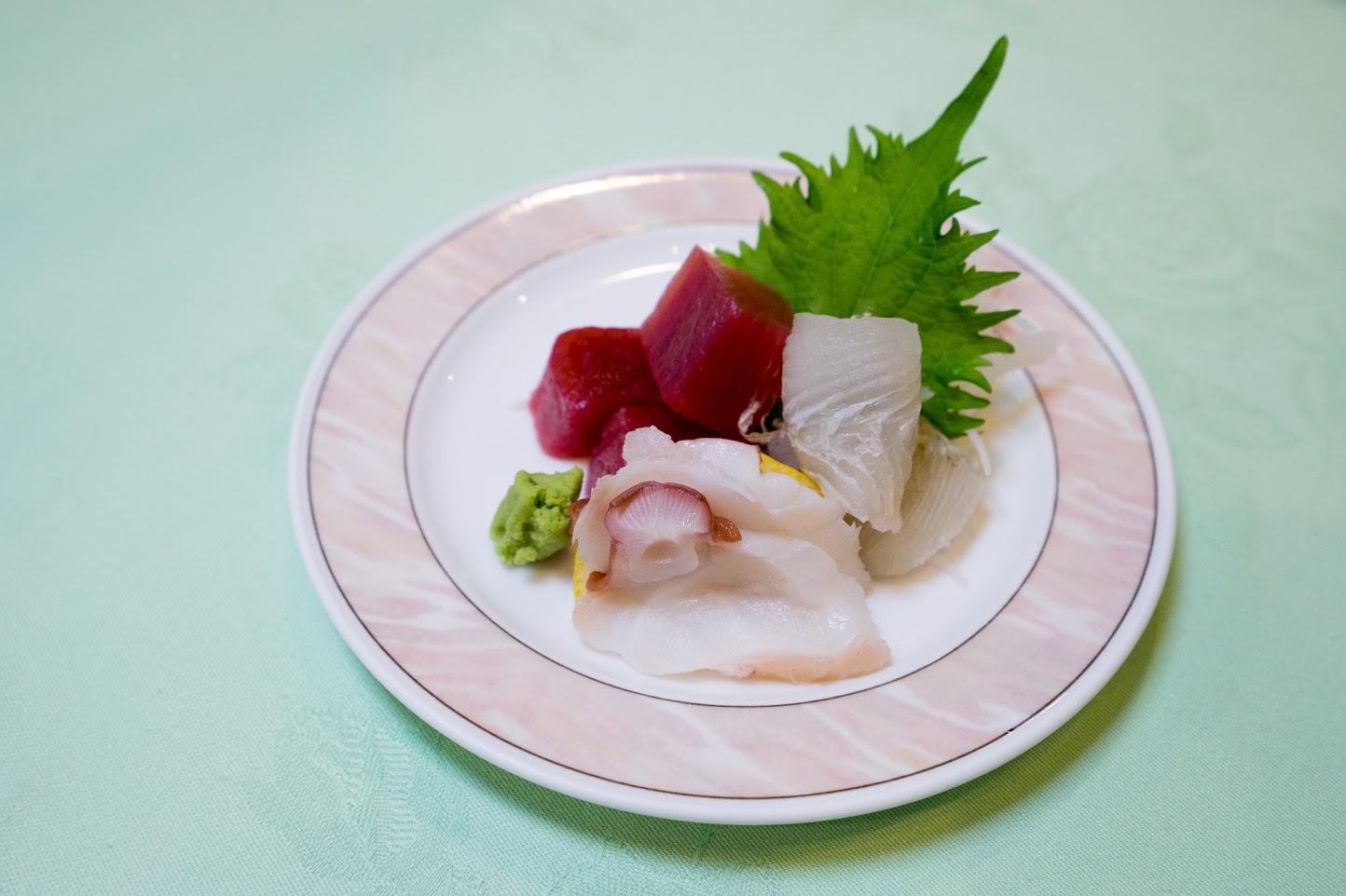 3.御造り:大鉢鮪角切り、白身の朧昆布重ね、鰹のタタキ、山葵、妻一式
