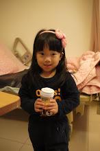 Photo: 恩恩姐姐要拿ㄋㄟ  ㄋㄟ給底迪喝