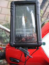 Photo: das Naviprogramm auf dem Smartphone gut mit dem Finger zu bedienen. Unten eine Aussparung für die Stromversorgung über Mini-USB. Damit ist das Handy abends voll geladen und nicht mehr leer wie früher!