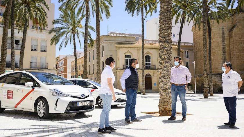 Reunión del alcalde de Almería con representantes del taxi.
