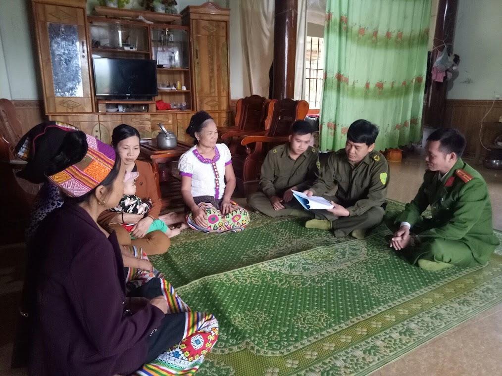 Cán bộ Công an huyện Con Cuông cùng Công an xã đến tận nhà dân                 tuyên truyền, phổ biến pháp luật