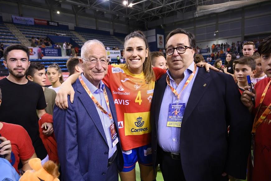 Gabriel Amat, la roquetera Carmen Martín y el concejal.