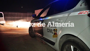 Un foto de un coche de la Guardia Civil ilumina el lugar del hallazgo.