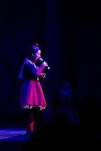 Photo: Kirppusirkuksen tirehtööri laulaa / The director of the flea circus singing