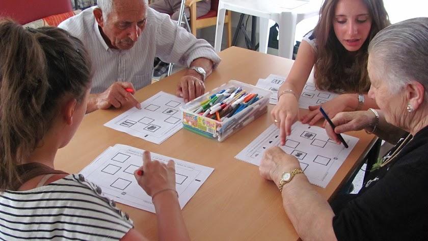 Profesionales de la gerontología estimulando las funciones cognitivas de los ancianos.