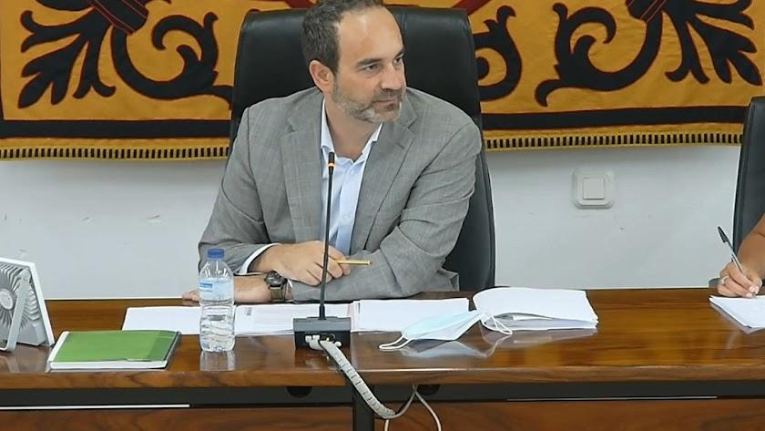 El alcalde de Carboneras, Jose Luis Amérigo, durante la sesión.