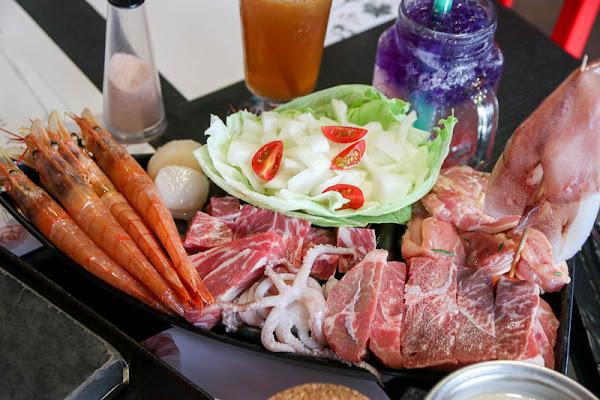 高雄美食『秘燒MEAT SHOW時尚岩燒牛排』400度高溫日本火山岩板!燒烤肉品超美味!牛排||三民區美食|