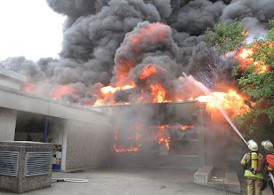 Photo: Das Feuer hat auch die südlich Hallenwand erreicht.